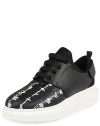 Tenis de cuero en negro y blanco de Alexander McQueen