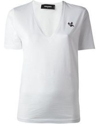 Team white shorts with a v-neck t-shirt to achieve a chic look.