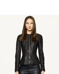 Marie des bottines à lacets en daim noires avec une veste pour dégager classe et sophistication.