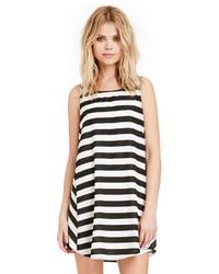 Vestido amplio de rayas horizontales en blanco y negro