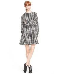 Vestido camisa de cuadro vichy en blanco y negro de Victoria Beckham