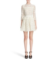 Vestido de encaje con print de flores blanco de Alexander McQueen