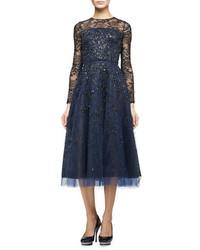 Vestido de noche de encaje con adornos azul marino de Oscar de la Renta