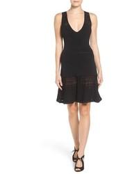 Vestido de vuelo de encaje negro de MICHAEL Michael Kors