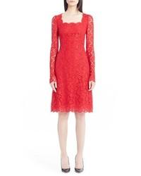 Vestido de vuelo de encaje rojo de Dolce & Gabbana