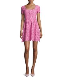 Vestido de vuelo de encaje rosado de Valentino