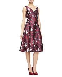 Vestido de vuelo de seda con print de flores burdeos de Oscar de la Renta