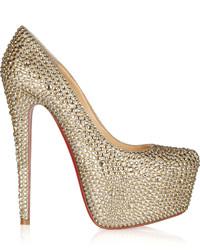 Zapatos de tacón con adornos dorados