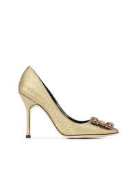 Zapatos de tacón de cuero con adornos dorados de Manolo Blahnik