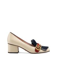 Zapatos de tacón de cuero con adornos en beige de Gucci