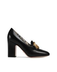 Zapatos de tacón de cuero con adornos negros de Gucci