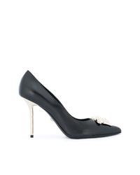 Zapatos de tacón de cuero con adornos negros de Versace