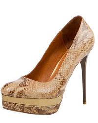 Zapatos de tacón de cuero con print de serpiente marrón claro