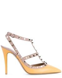 Zapatos de tacón de cuero con tachuelas amarillos