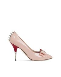 Zapatos de tacón de cuero con tachuelas rosados de Gucci