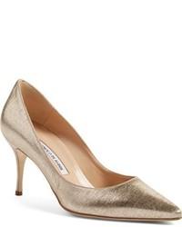 Zapatos de tacón de cuero dorados de Manolo Blahnik