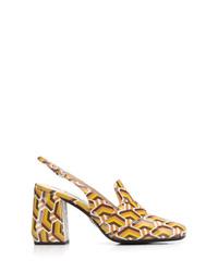 Zapatos de tacón de cuero estampados amarillos de Prada