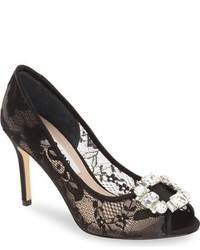 Zapatos de tacón de encaje con adornos negros de Nina