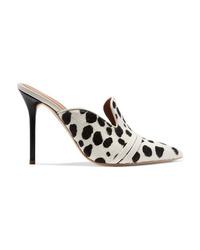 Zapatos de tacón de pelo de becerro estampados en blanco y negro