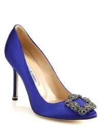 Zapatos de tacón de satén con adornos azules