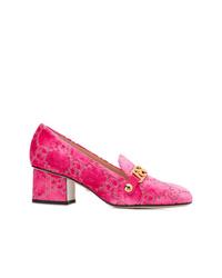 Zapatos de tacón de terciopelo rosa de Gucci
